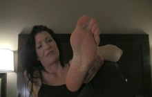 Cougar teases with her perfect feet