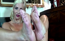 Solo MILF showing off her beautiful feet